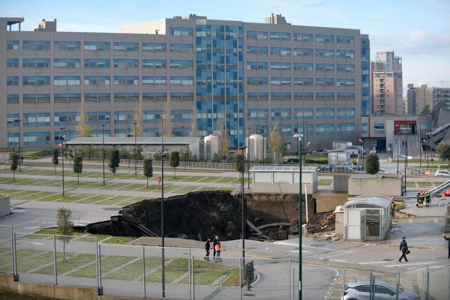 Luknja na prkirišču bolnišnice v Neaplju