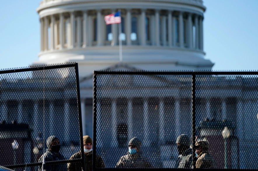 Pred Kapitolom so postavili varnostno ograjo.