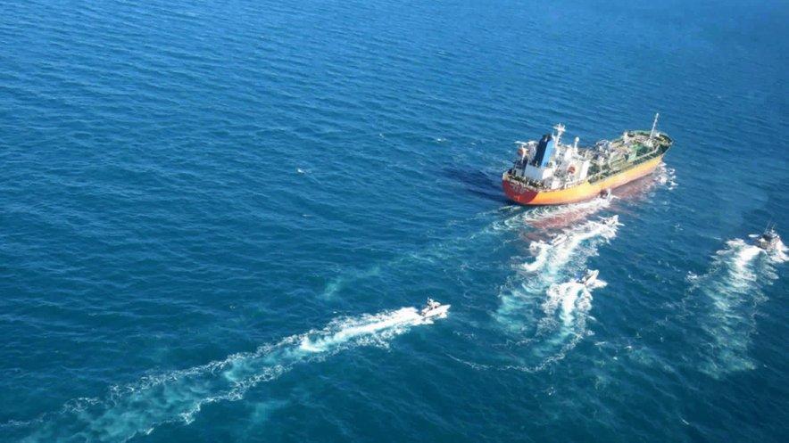 Tanker Hankuk Chemi v spremstvu plovil iranske revolucionarne garde.