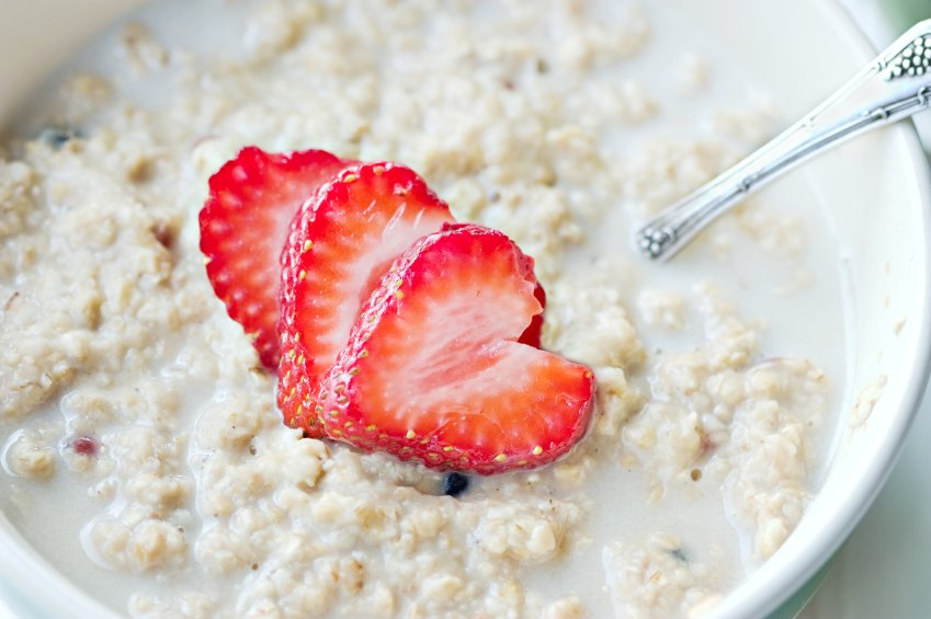 Ovseni kaši lahko dodate malo javorjevega sirupa in malo sadja za boljši okus.