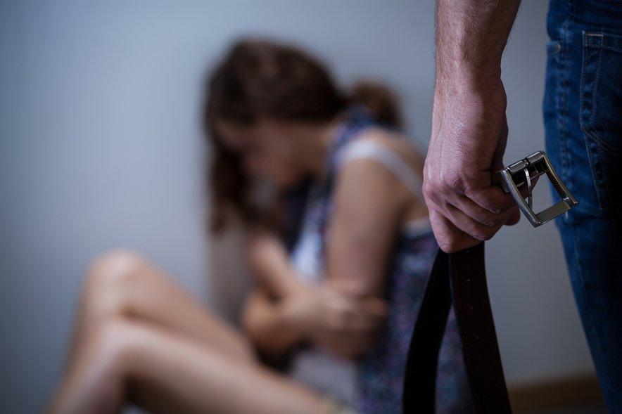 Postajal je vse bolj nasilen in ob podpori velikih količin alkohola, jo je pričel pretepati, jo dušiti – vse dokler se ni rodila hčerkica. Slika je simbolična.