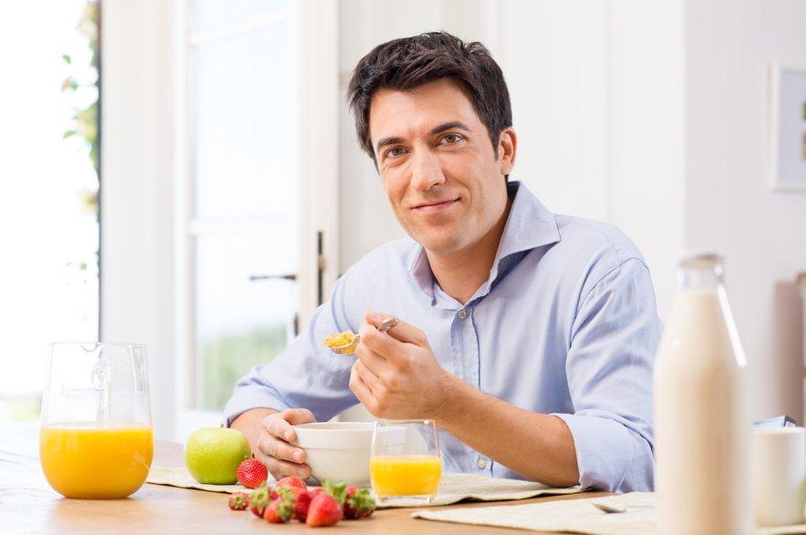 Če v povprečju spimo od šest do osem ur in nato preskočimo zajtrk, je naše telo namreč izčrpano in v pomanjkanju sladkorja, tega pa začne ob prvem obroku skladiščiti.