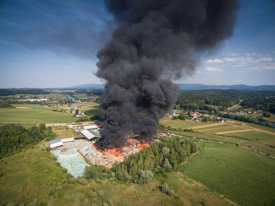 Posnetki iz zraka prikazujejo razsežnosti požara.