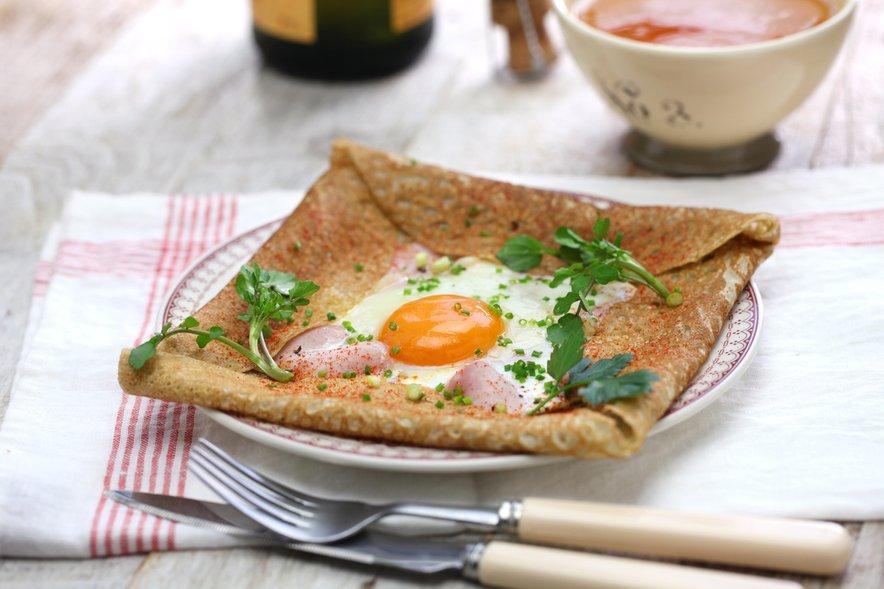 Ajdove palačinke s šunko, sirom in pečenim jajcem