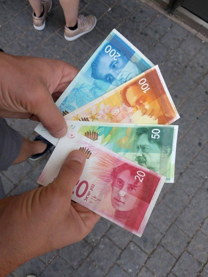 Plačujete v izraelskih šeklih, en šekel je dobre štiri evre.