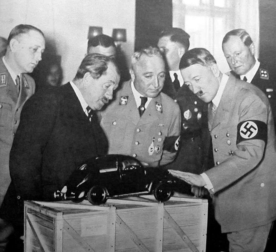 Ferdinand Porsche in Adolf Hitler leta 1935 med ogledom prototipa.