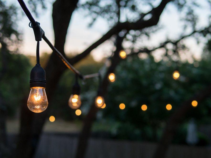 Moderne so lučke na vrvici. Preprosta, a šarmantna popestritev.