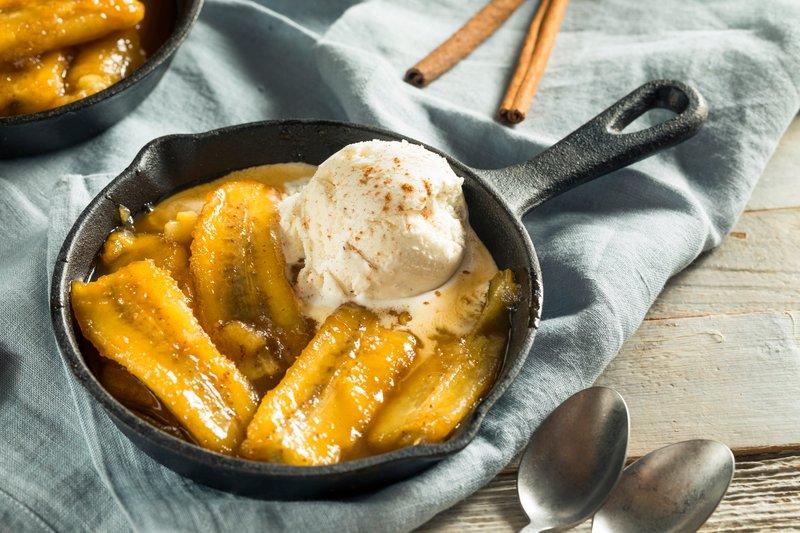 Fosterjeve banane so sestavljene iz popečenih banan ter vanilijinega sladoleda in omake iz masla, (rjavega) sladkorja ter cimeta in flambirane s pomočjo temnega ruma in/ali močnega bananinega likerja.