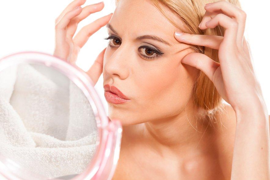 Kožo nežno očistite s čistilnim sredstvom brez mila in čiščenje vedno zaključite s tonikom z ustreznim PH-jem.