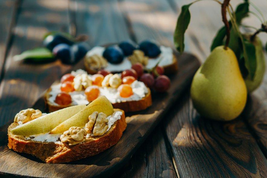 Če ste bolj lačni, lahko skuto tudi namažete na kruh.