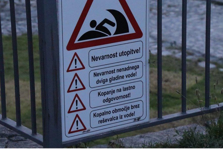 Opozorilo pred nevarnostjo utopitve v reki Soči na kopališču pri Solkanu