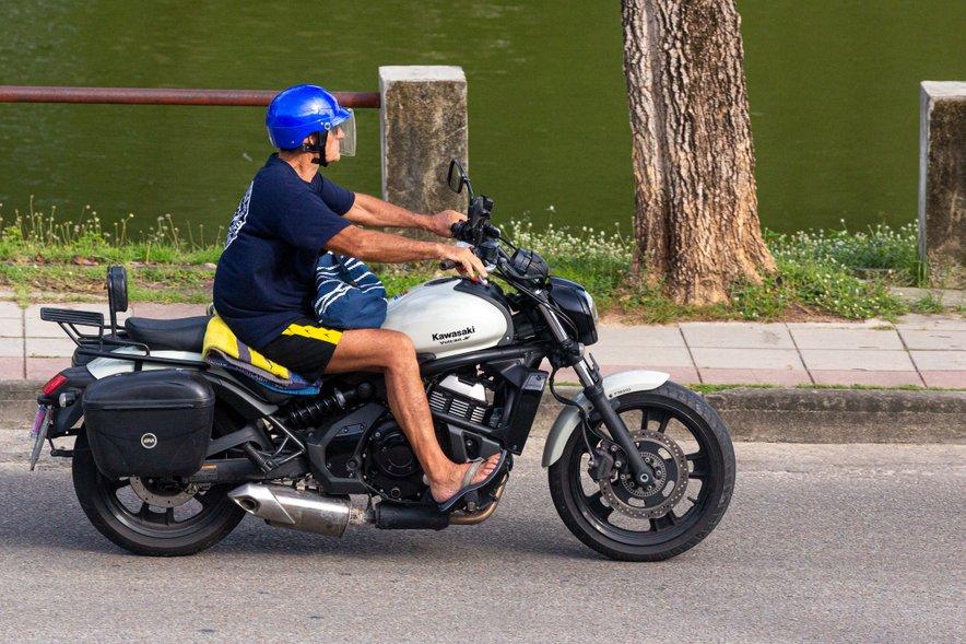 """""""Vožnje v kratkih hlačah in sandalih ne priporočamo, čeprav to ni prepovedano,"""" pravijo iz policije."""