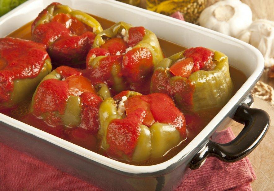 V pečici pečene polnjene paprike