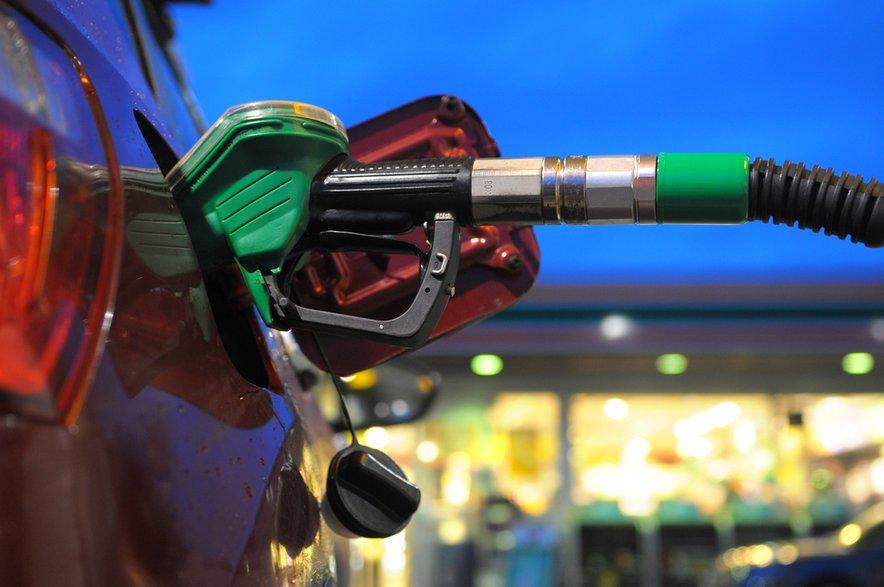 Vlada je cene naftnih derivatov regulirala od leta 2000, nato pa marca 2016 najprej sprostila cene kurilnega olja in 98-oktanskega bencina, novembra istega leta pa še cene 95-oktanskega in dizelskega goriva na bencinskih servisih na avtocestah in hitrih cestah.