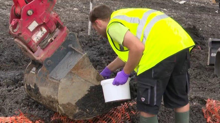 Uslužbenci laboratorija za zdravje, okolje in hrano so  do kolen v blatu jemali vzorce, da bi ugotovili, kam blato sploh odpeljati.