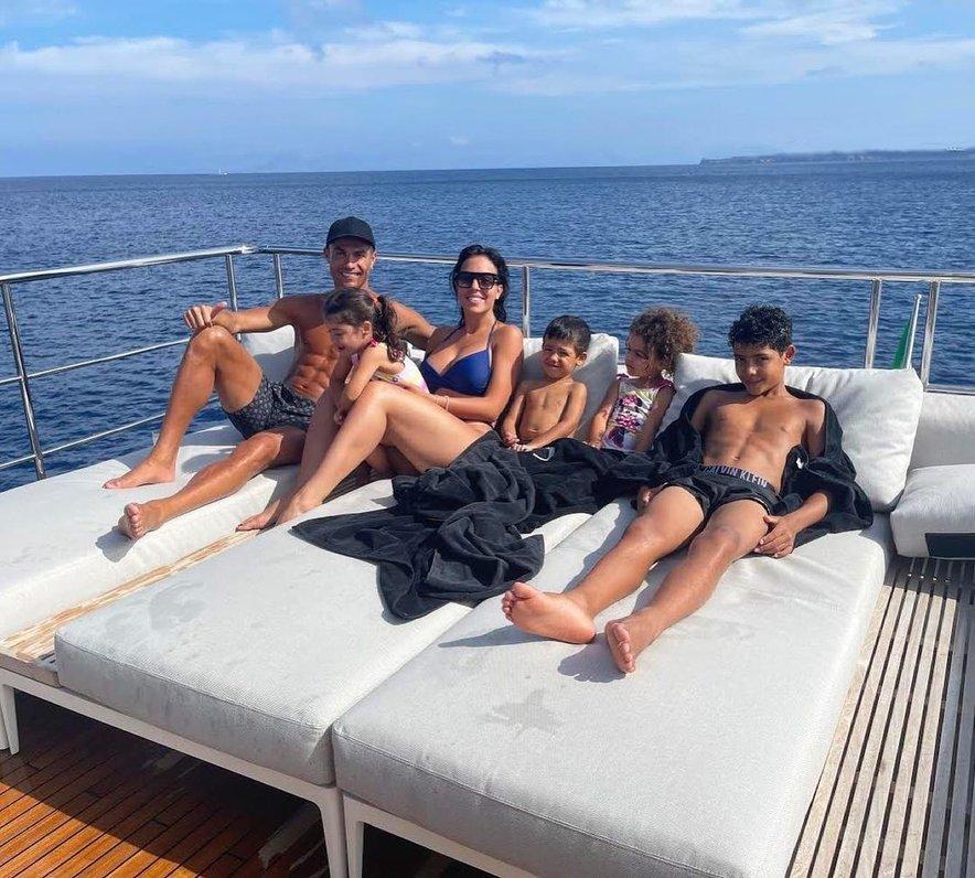 Cristiano Ronaldo z družino uživa na luksuzni jahti.