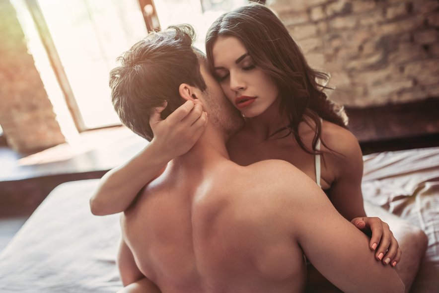 Mavrični poljub vključuje dve osebi, ki hkrati dajeta in prejemata oralni seks, medtem ko ima ženska menstruacijo.