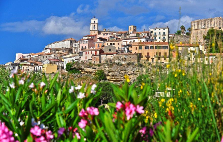 Idilična kalabrijska vasica Santa Severina.