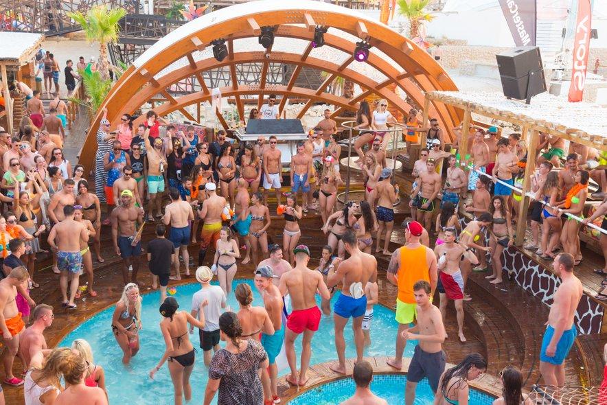 Mladi se vsako leto množično udeležujejo zabav v Zrćah.