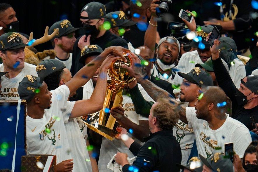 Košarkarji Milwaukeeja slavijo naslov prvaka lige NBA.
