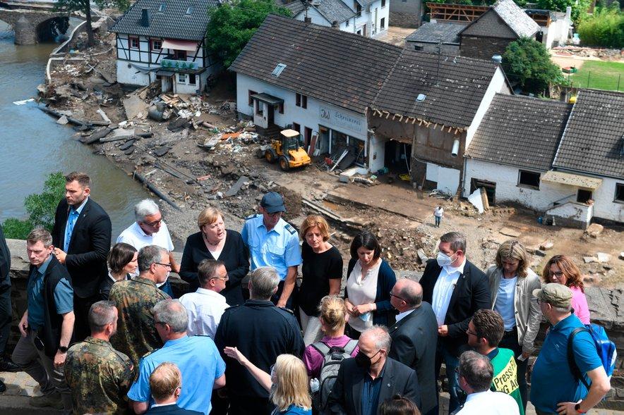 Angela Merkel na obisku na poplavljenih območjih.