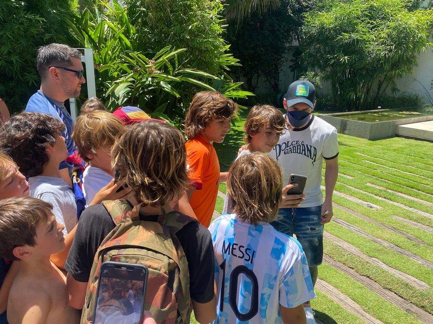 Lionel Messi in množica na zelenici pred počitniško vilo.