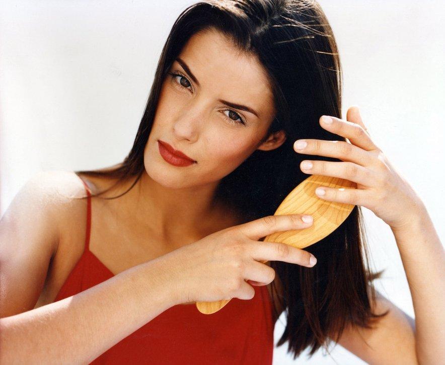 Krtača naj ima naravne ščetine, da ne bo poškodovala las in lasišča.