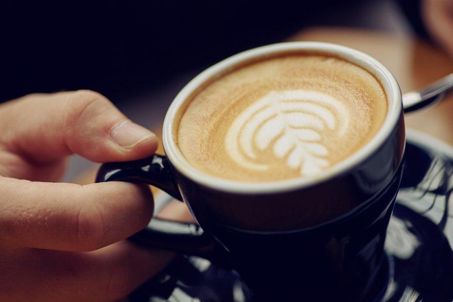Moški pije kavo - 3