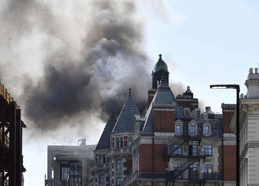 S požarom se bori več kot 120 gasilcev.