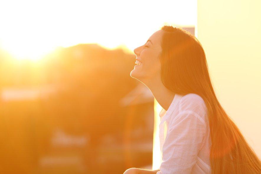 Sončna svetloba zmanjšuje depresijo, ker poveča izločanje dopamina in serotonina.