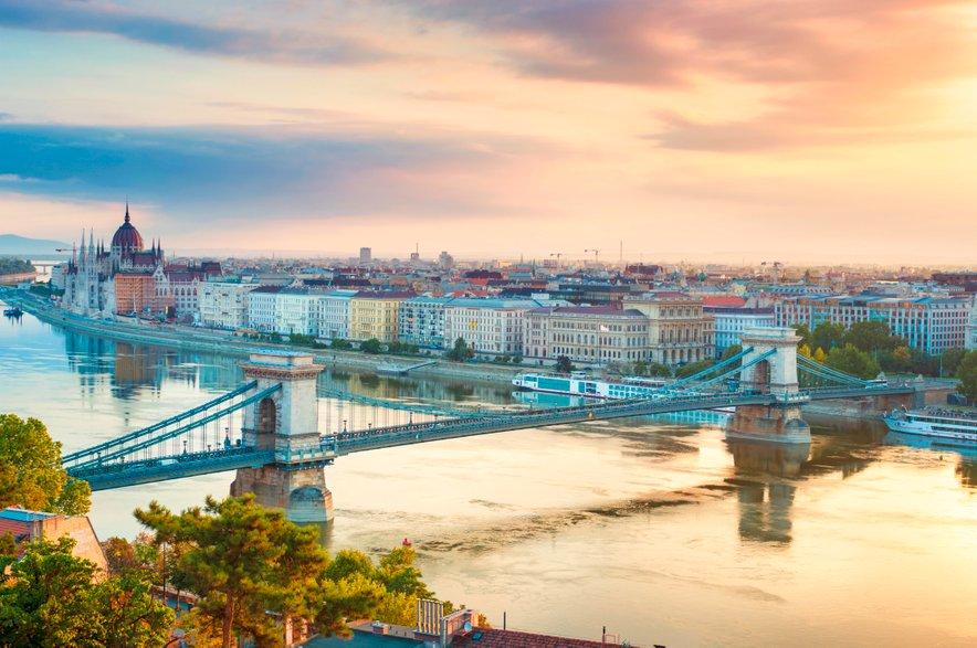 Med potjo boste lahko občudovali slikovito pokrajino in Blatno jezero, vlak pa vas bo pripeljal vse do središča Budimpešte.