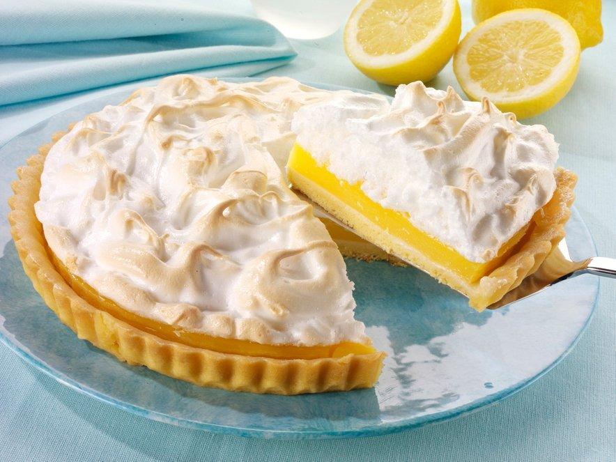 Limonina pita z meringo je krhka, rahla, osvežilna in enkratna.