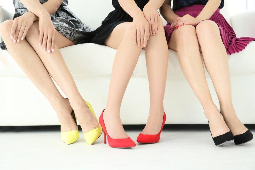 Po kitajsko naj bi se pravilno sedelo na dveh tretjinah stola, trebuh bi morale tiščati navznoter, noge pa držati trdno skupaj.