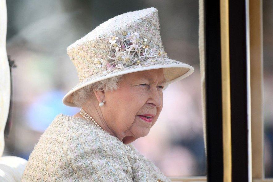 Je kraljica Elizabeta II. naziv načrtno hranila za največjega upornika v družini?