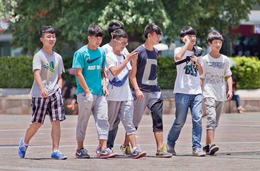 Zaradi stroge politike enega otroka v preteklosti je na Kitajskem danes veliko več mladih fantov kot deklet.