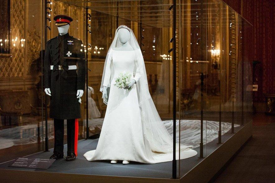 Njuni poročni obleki sta danes razstavljeni.