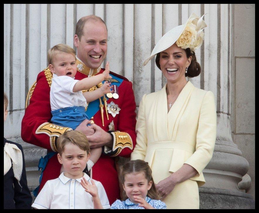 Princ Louis prvič na balkonu Buckinghamske palače