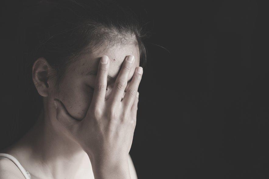 Žrtev, ki doživi najprej spolno zlorabo, se znajde v vrtincu različnih čustev: žalosti, jeze, sramu, prizadetosti, gnusa, besa, nemoči ...