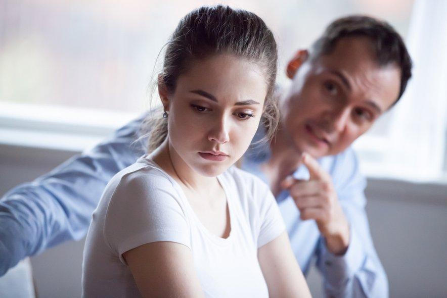 Včasih je nasilni partner tako spreten v manipulaciji, da se žrtev sploh ne zaveda, kaj počne.