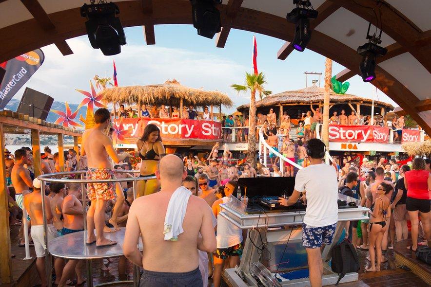 Na otok Pag letno roma na tisoče mladih Evropejcev, željnih zabave.