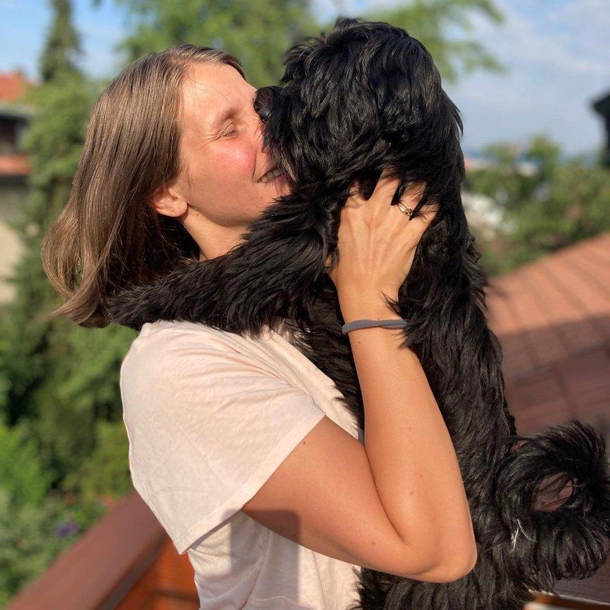 Njuna psička Dobby je prihod dojenčka v družino dobro sprejela.