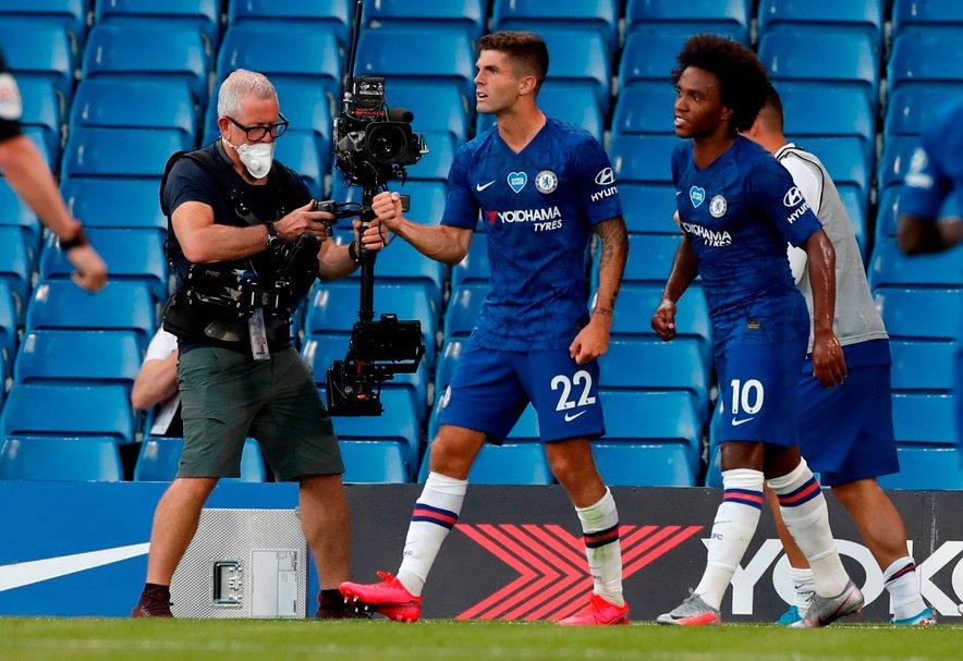 Pulišić (št. 22) proslavlja z brazilskim soigralcem Willianom (št. 10). Prav omenjena nogometaša sta zabila za zmago Chelseaja nad Manchester Cityjem.