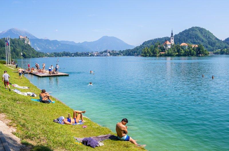 Blejsko jezero ima trenutno 23 stopinj Celzija.