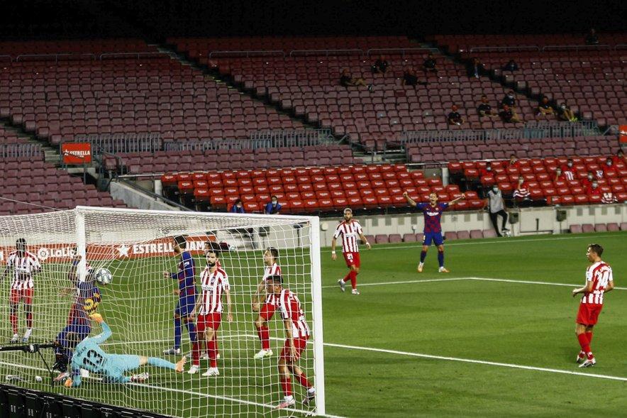 """Barcelona je prva dosegla gol, avtogol je """"zabil"""" Diego Costa."""