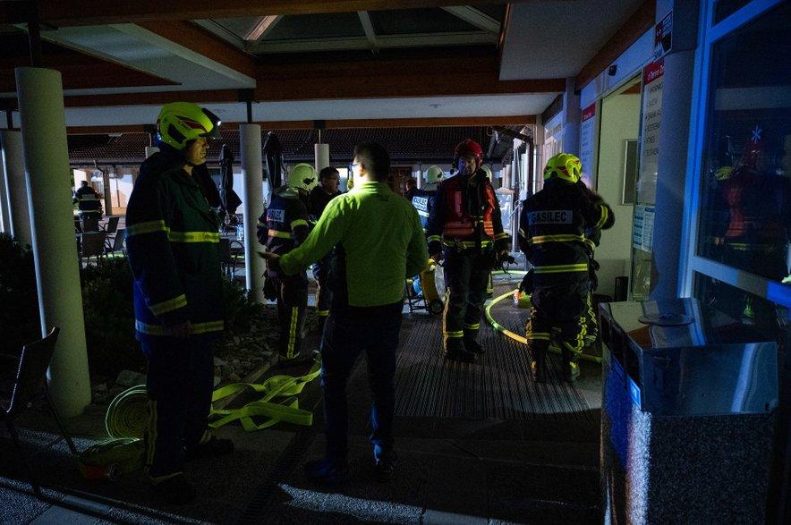 Gašenje je bilo zaradi visokih temperatur in gostega dima v kletnih prostorih težavno.