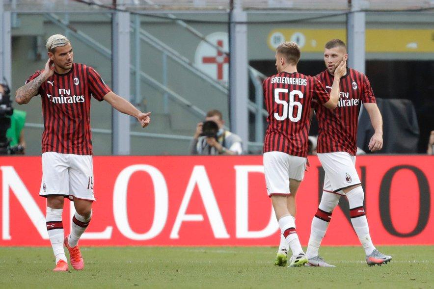 Theo Hernandez, Alexis Saelemaekers in Ante Rebić (z leve) proslavljajo gol slednjega v Milanu.