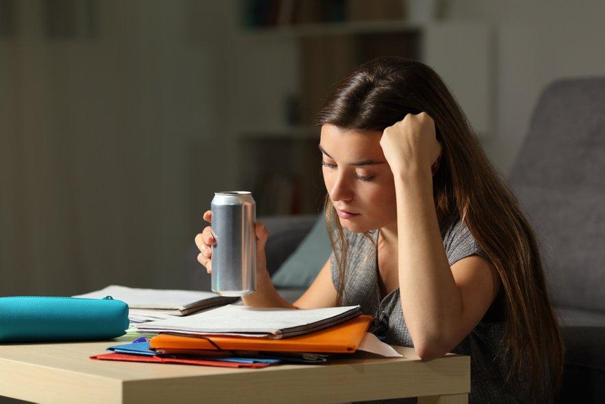 Mladostniki se pogosto poslužujejo energijskih pijač, čeprav so lahko za njih škodljive.