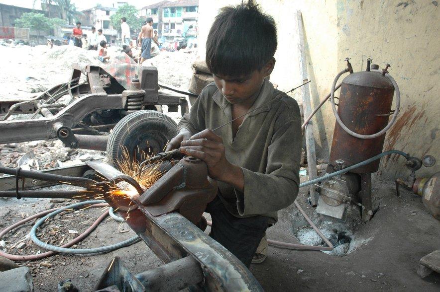 Po podatkih indijske vlade je v državi okoli 20 milijonov otrok delavcev.