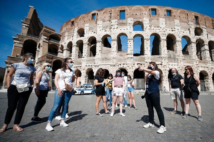 V evropskih državah pred začetkom poletne turistične sezone večinoma sproščajo ukrepe.