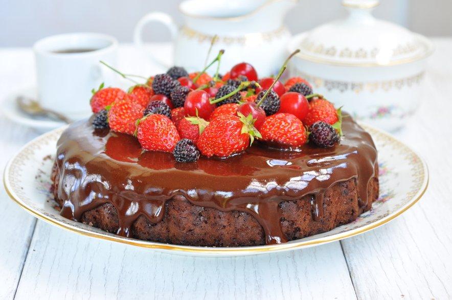 Čokoladni kolač z jagodami